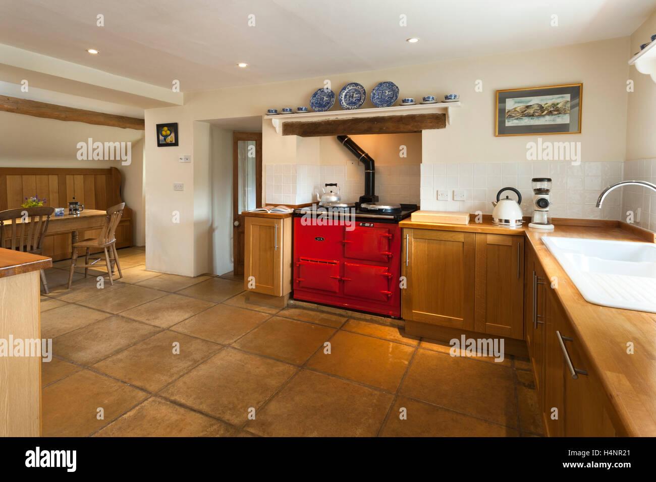 magasin d'usine e158a 922de Un fini en bois simple équipée avec une cuisinière Aga rouge ...