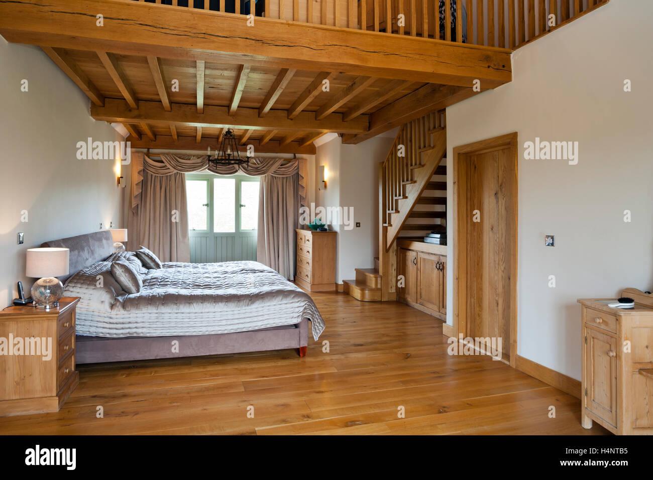 Une grange aménagée chambre avec mezzanine Banque D\'Images, Photo ...