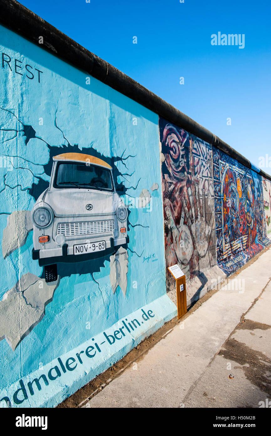 Peinture de voiture Trabant briser wall at East Side Gallery du mur de Berlin à Kreuzberg Friedrichshain à Berlin Banque D'Images