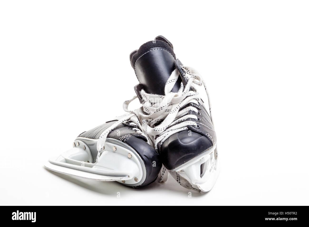 Une paire de patins de hockey sur glace isolé sur fond blanc avec l'exemplaire de l'espace. Photo Stock