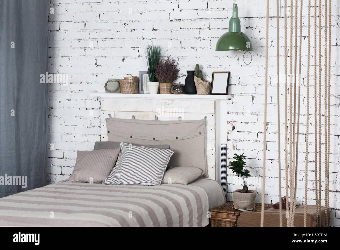Lit Au Milieu D Une Chambre chambre à coucher moderne avec grand lit gris en milieu