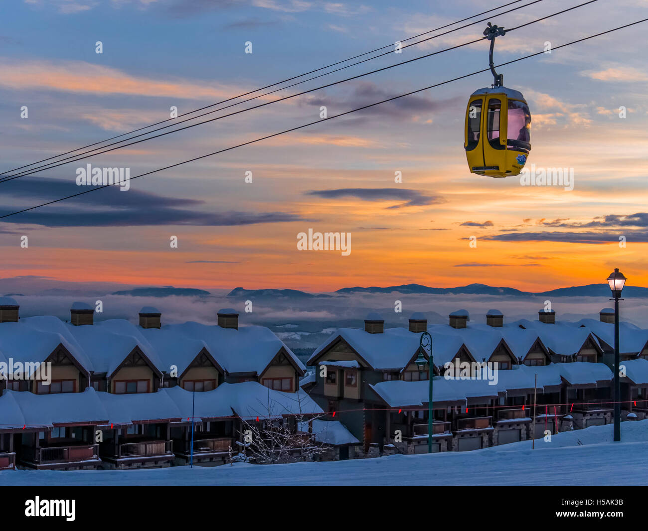 Coucher du soleil et de la télécabine, Big White Ski Resort, Colombie-Britannique, Canada. Photo Stock