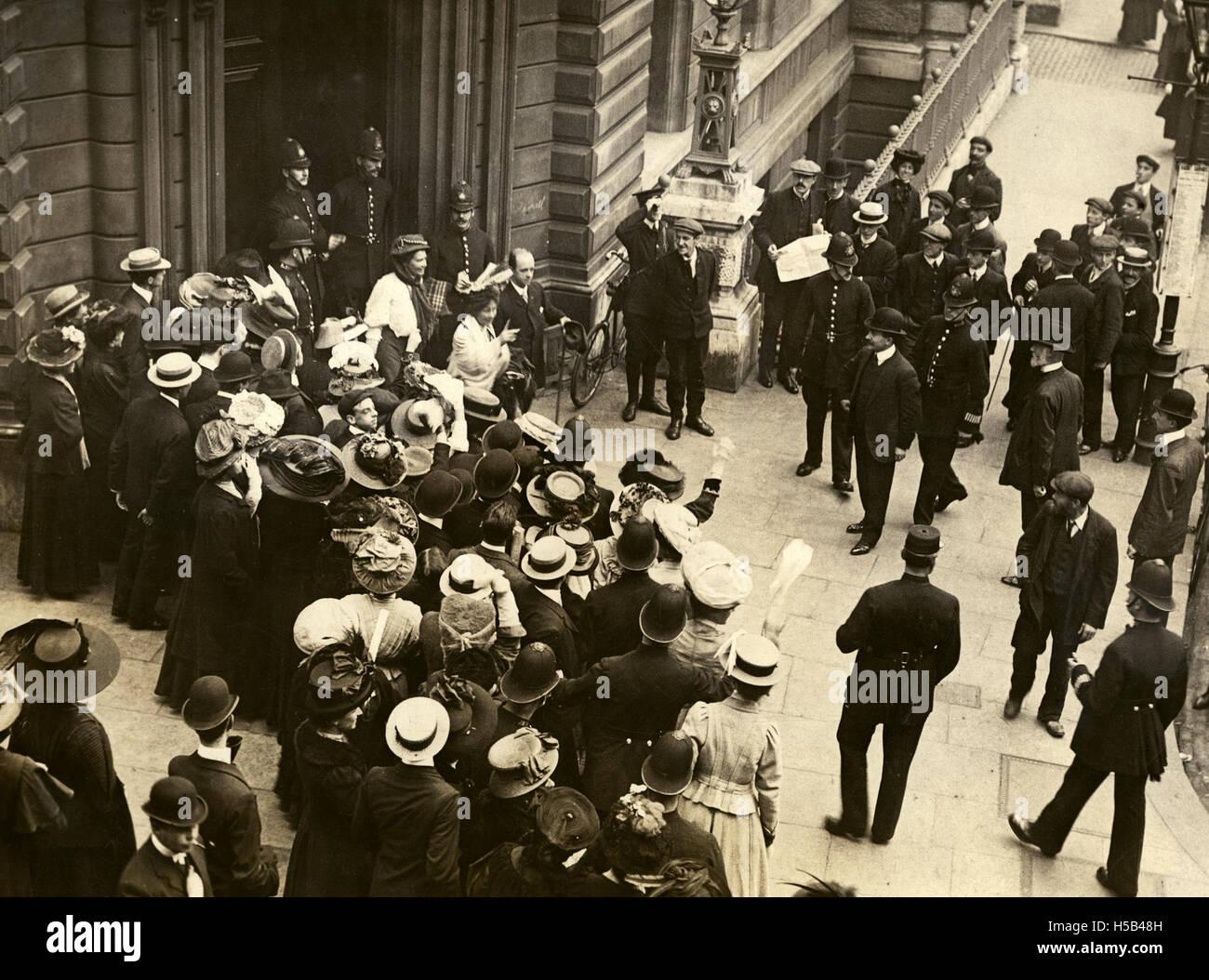 Emmeline Pankhurst et Emmeline Pethick Lawrence, c.1908-1912 cour laissant. Banque D'Images