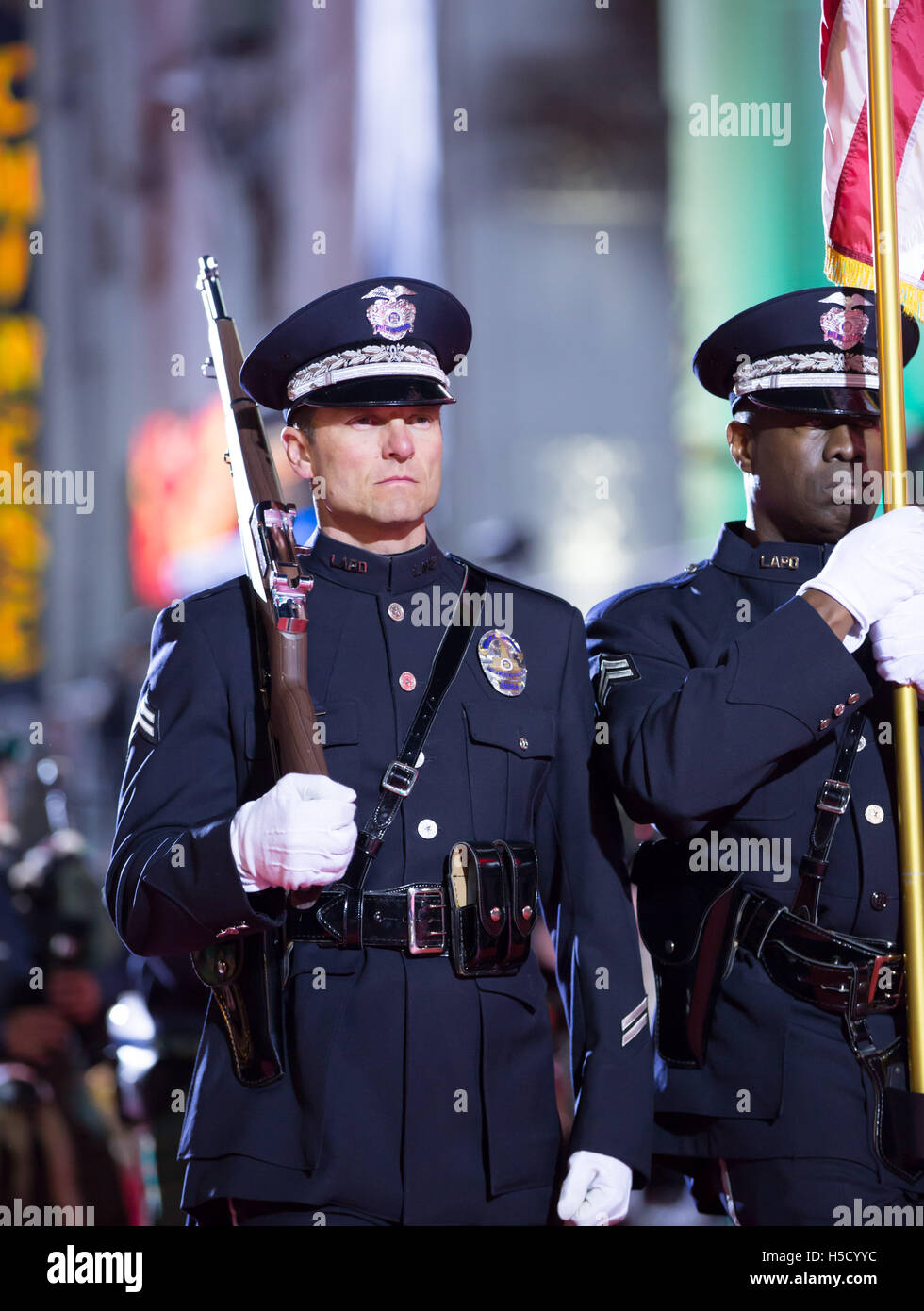 d6f16d5b82116 L'agent de police de Los Angeles d'un insigne au cours de la 84e congrès  annuel de 20308 Hollywood Parade de Noël