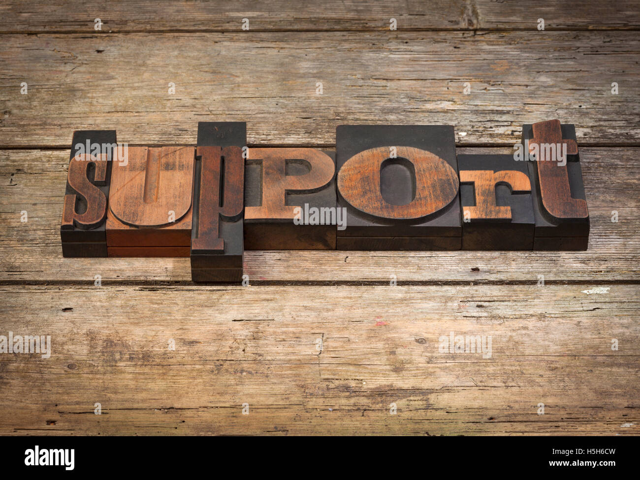 Soutien, mot écrit avec la typographie vintage blocks sur fond de bois rustique Banque D'Images