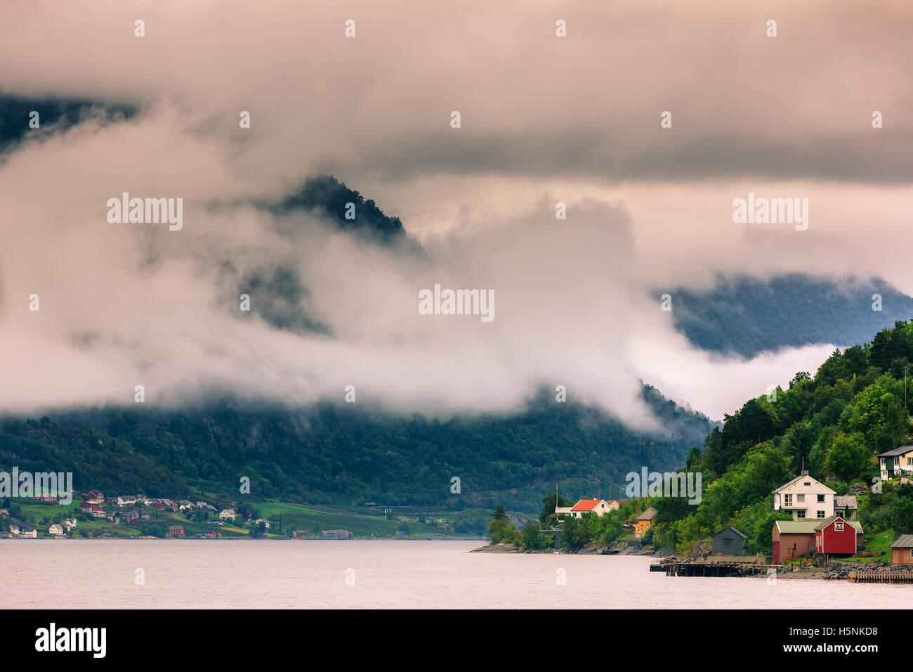 Le Hardangerfjord est le quatrième plus long fjord du monde, et le deuxième plus long fjord de Norvège. Photo Stock