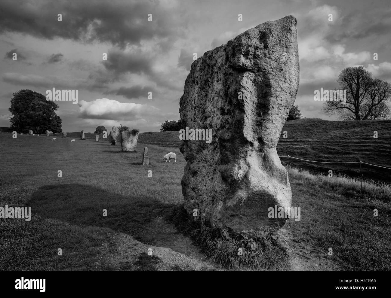 Avebury henge et cercles de pierres sont l'une des plus grandes merveilles de l'archéologie préhistorique Photo Stock