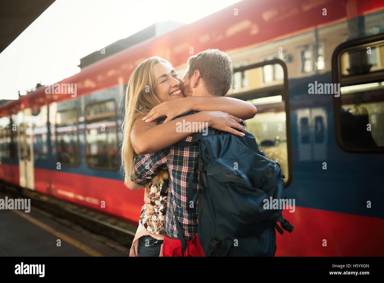 Beau couple hugging après longue séparation Photo Stock