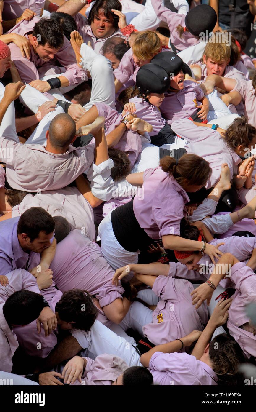 """Minyons de Terrassa. Après la chute de la tour de l'homme. """"Castellers"""" est une tradition catalane.Festa de la Merçe, ville festival. Pl Banque D'Images"""