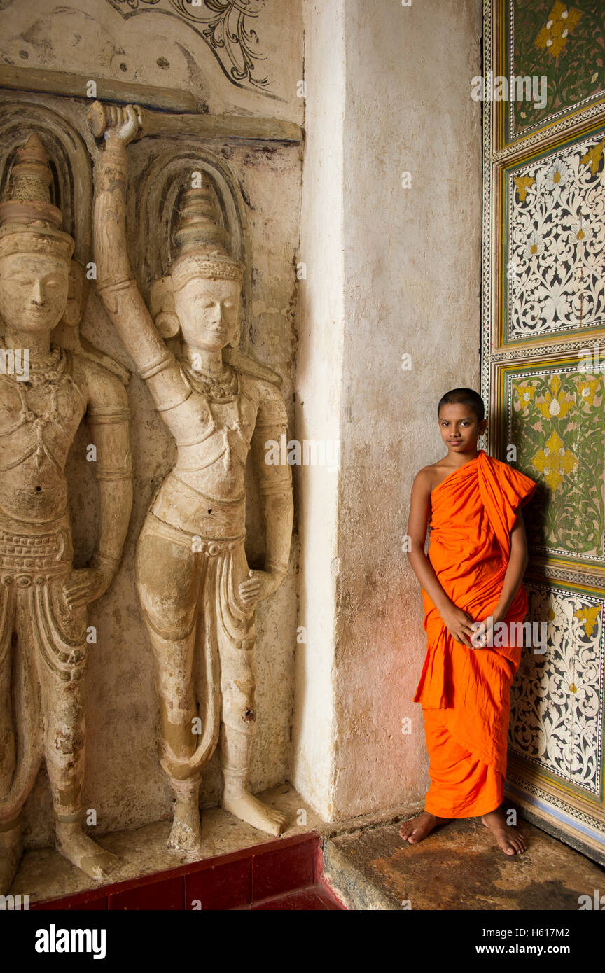 Moine au temple de Lankatilake à partir du 14e siècle, Kandy, Sri Lanka Photo Stock