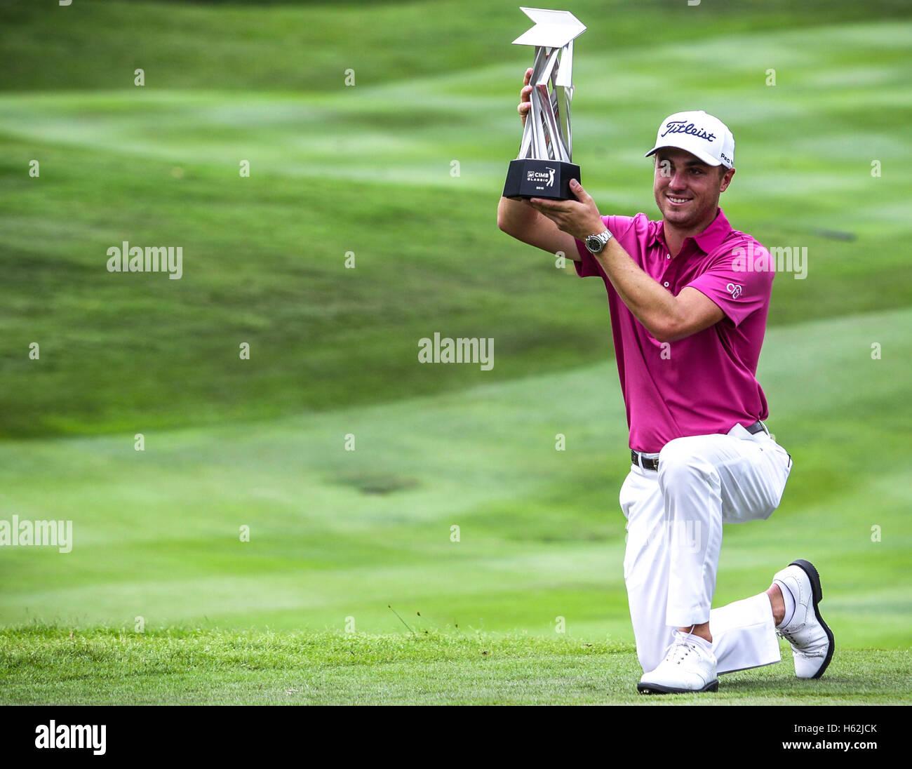 Kuala Lumpur, Malaisie, le 23 octobre 2016. Le golfeur américain, Justin Thomas avec le trophée après Photo Stock