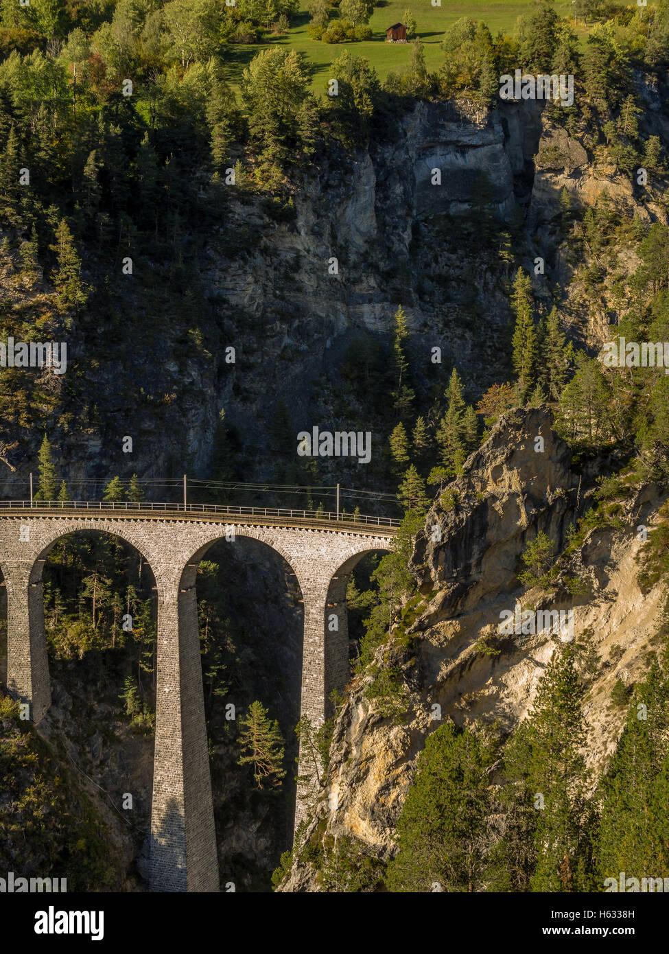 Pont ferroviaire à couper le souffle dans les Alpes Suisses 3 Photo Stock