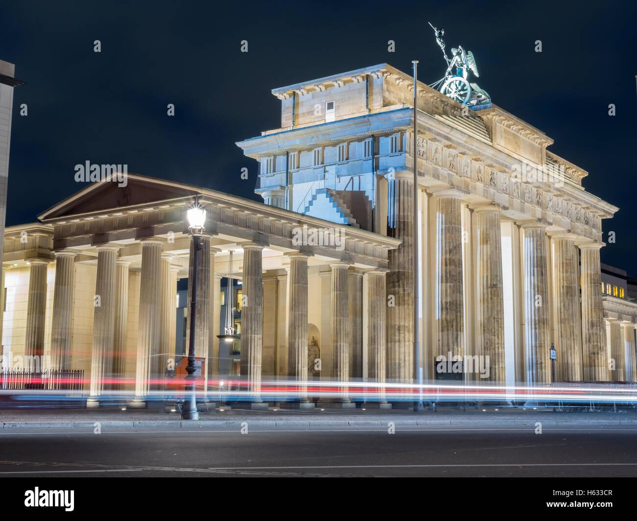 La vue étonnante de la Brandenburger Tor avec voiture - 1 Banque D'Images