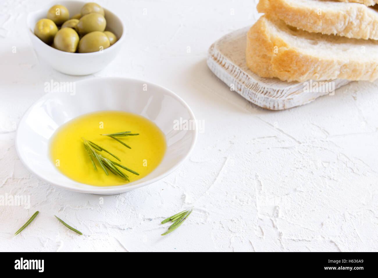 L'huile d'olive bio au romarin et de pain sur fond noir en blanc avec copie espace, concept d'aliments Photo Stock