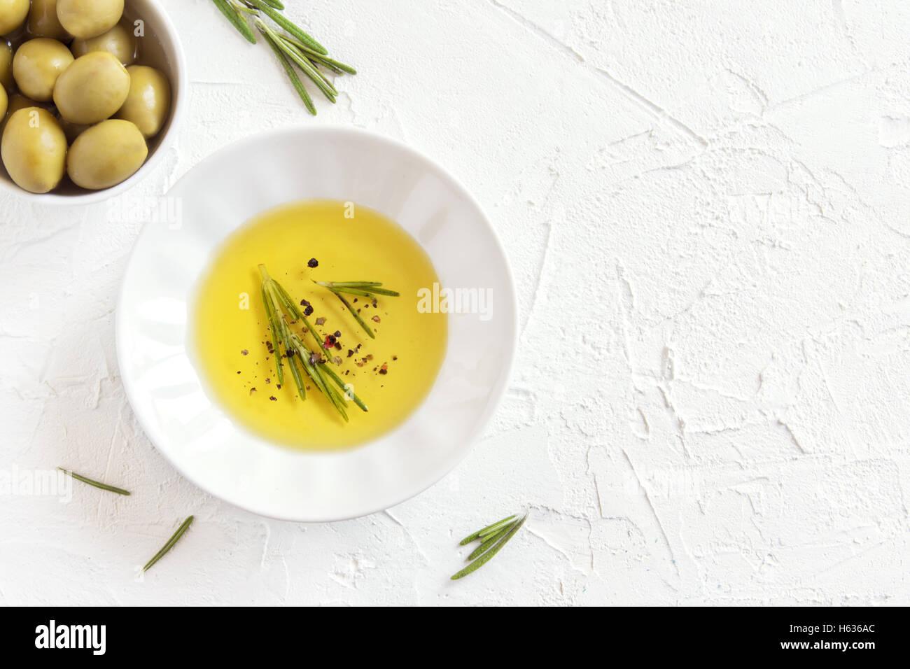 L'huile d'olive bio au romarin et d'épices (piment) sur fond noir en blanc avec copie espace, concept Photo Stock