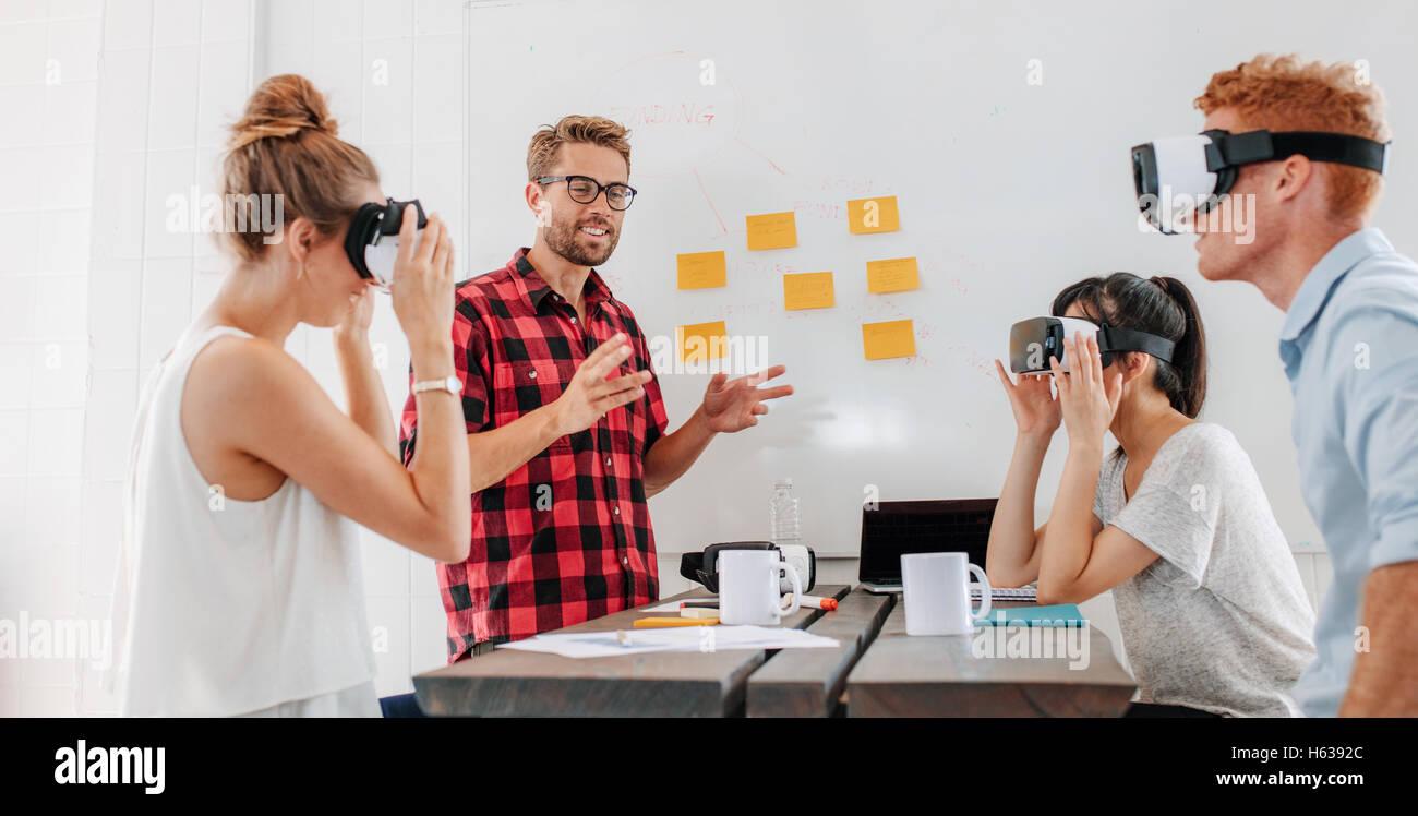 Les gens d'affaires à l'aide de lunettes de réalité virtuelle au cours de réunion. Équipe Photo Stock