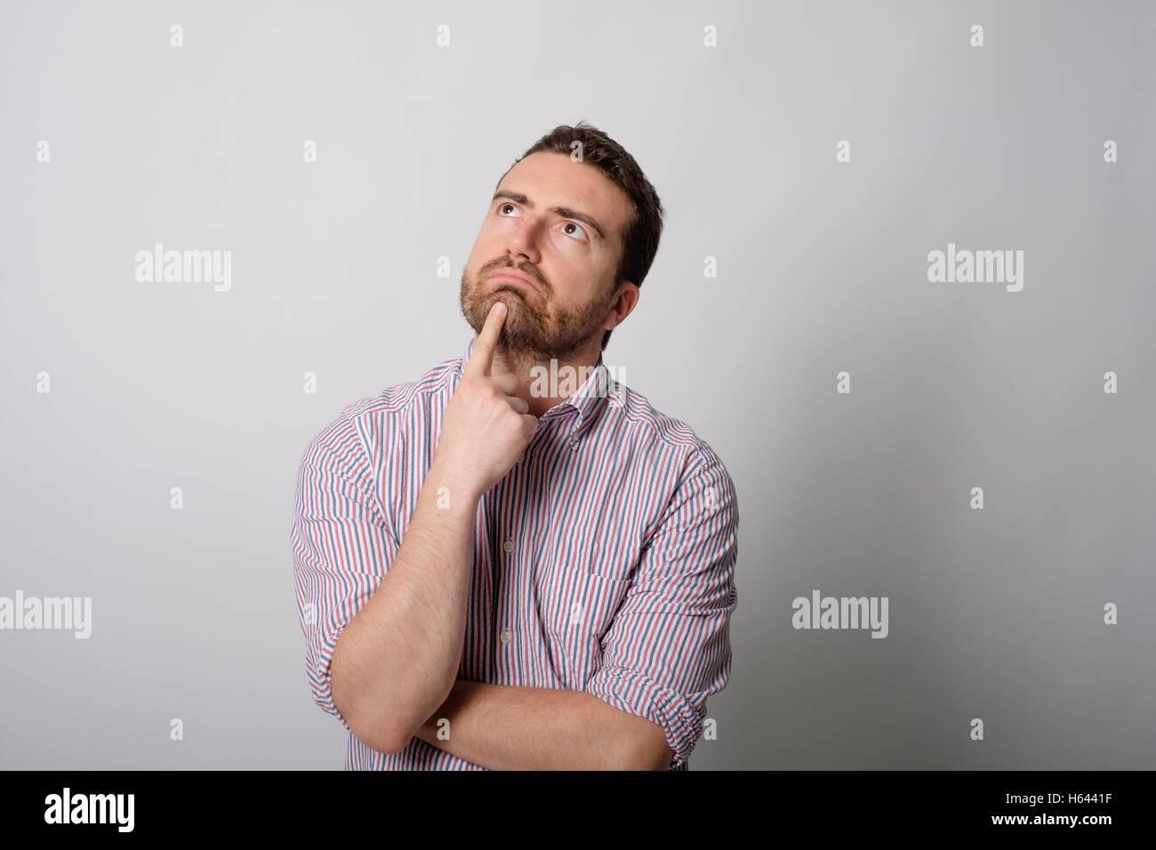 Homme résigné sur fond gris Photo Stock