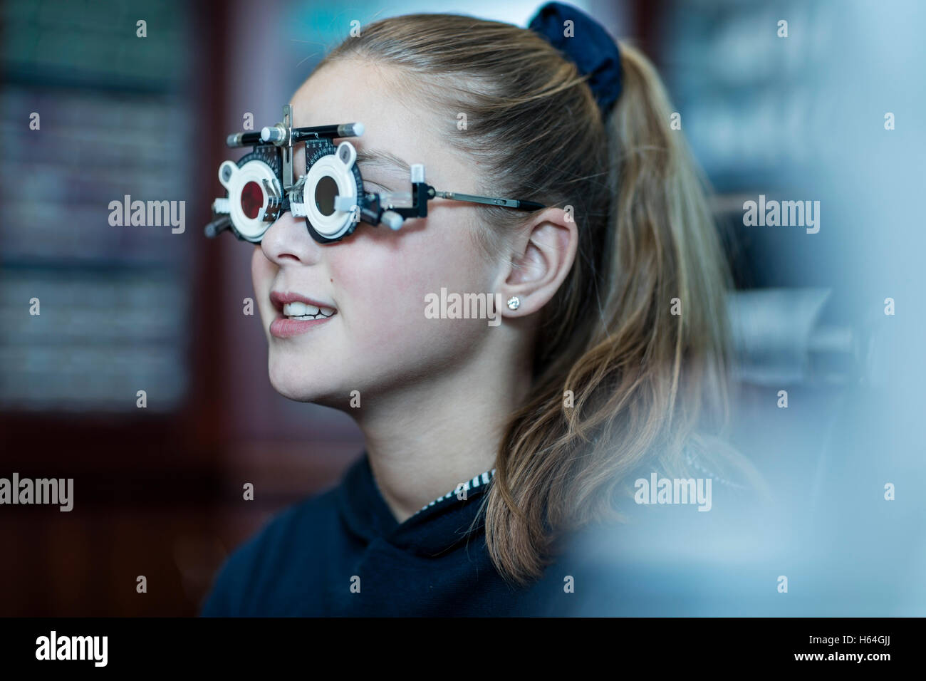 Girl doing test oculaire à l'optométriste Photo Stock