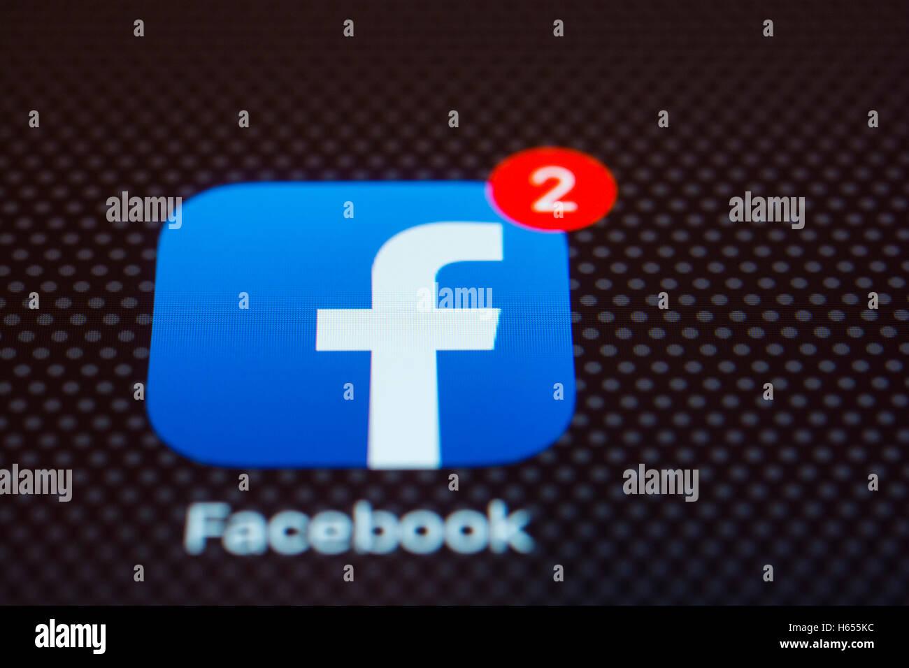 Le réseau social Facebook app close up sur l'écran du téléphone intelligent iPhone Photo Stock