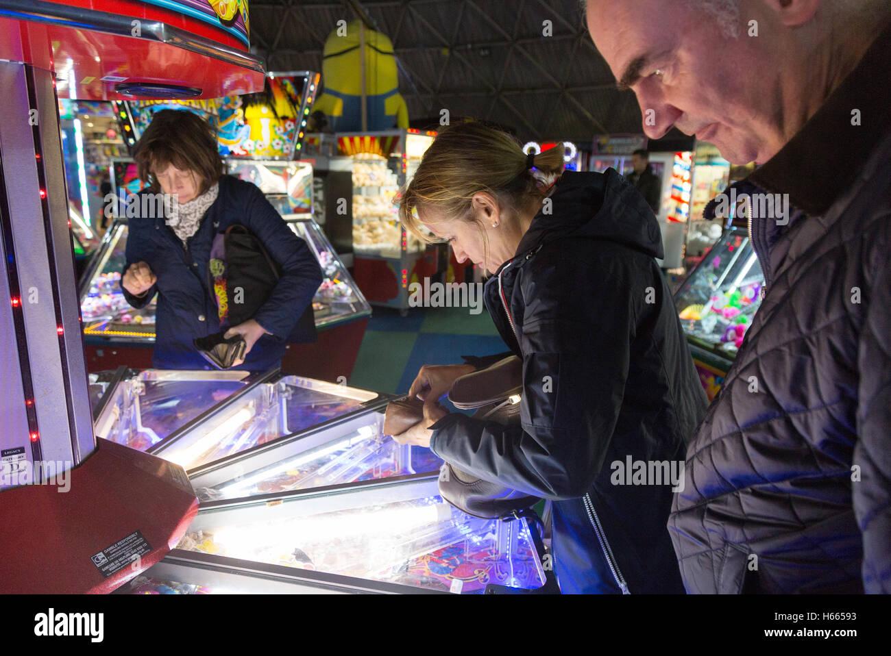 Les adultes jouant dans la salle de jeux électroniques, de la jetée de Brighton, Brighton, East Sussex Photo Stock