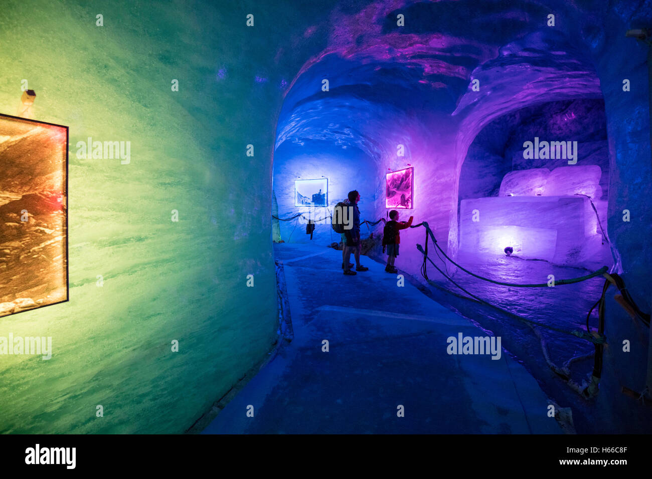 Allumé à l'intérieur de la grotte de glace de mer de glace, train du Montenvers. Vallée Photo Stock