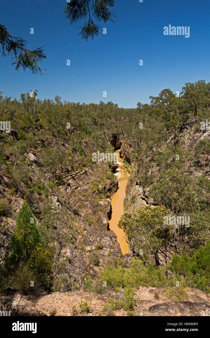 Vue spectaculaire des gorges profondes Robinson & stream à la base des falaises de grès robuste enveloppée Photo Stock