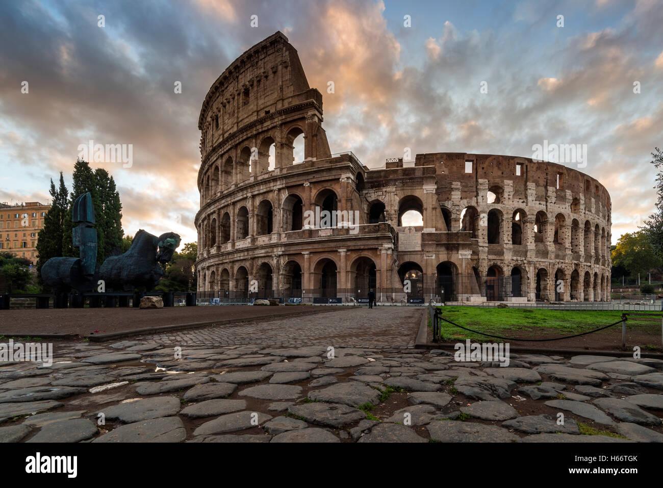 Lever du Soleil vue sur le Colisée ou Coliseum, Rome, Latium, Italie Photo Stock