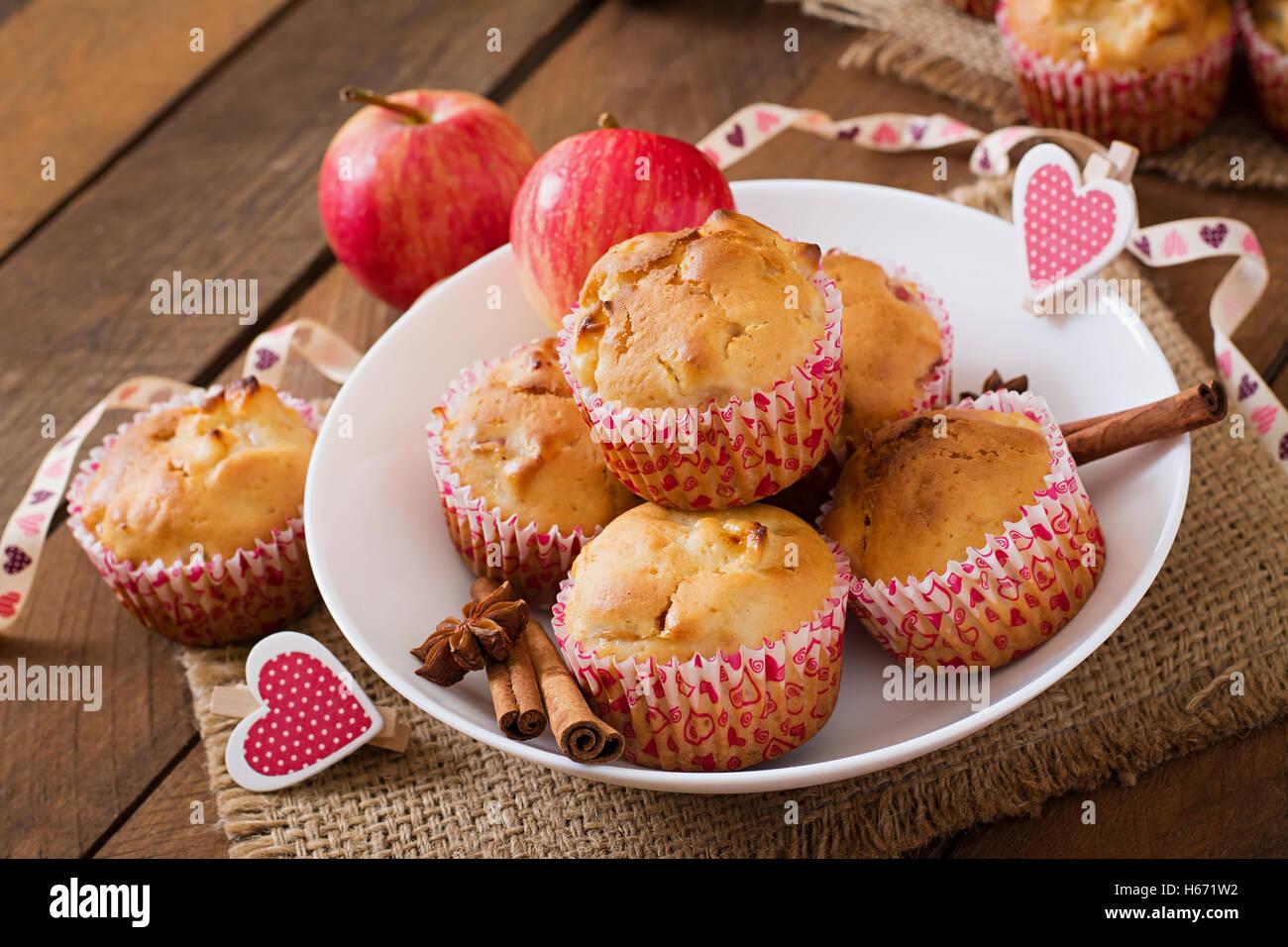Muffins savoureux avec apple et cinnamonon a wooden background Photo Stock