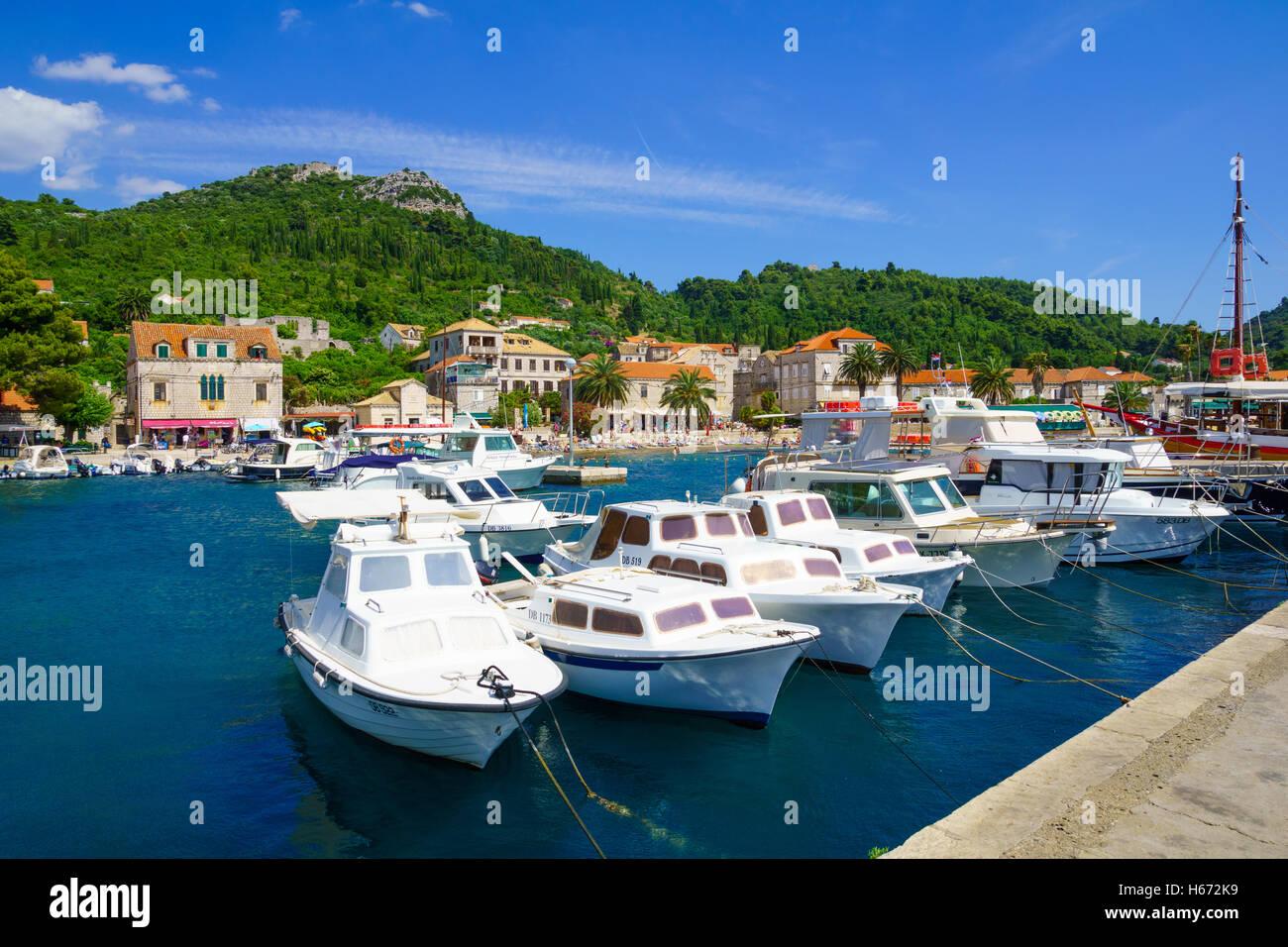 LOPUD, Croatie - 27 juin 2015: Scène du port de pêche et de la plage, avec des bateaux, les habitants Photo Stock