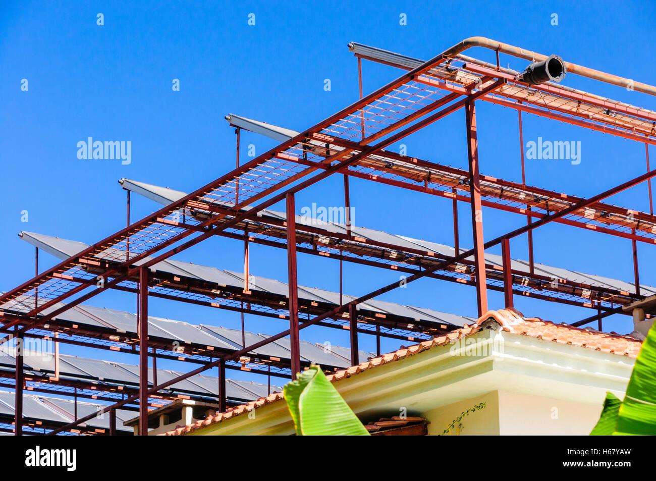 Des panneaux solaires sur un cadre métallique sur le toit d'un bâtiment dans un climat chaud Photo Stock
