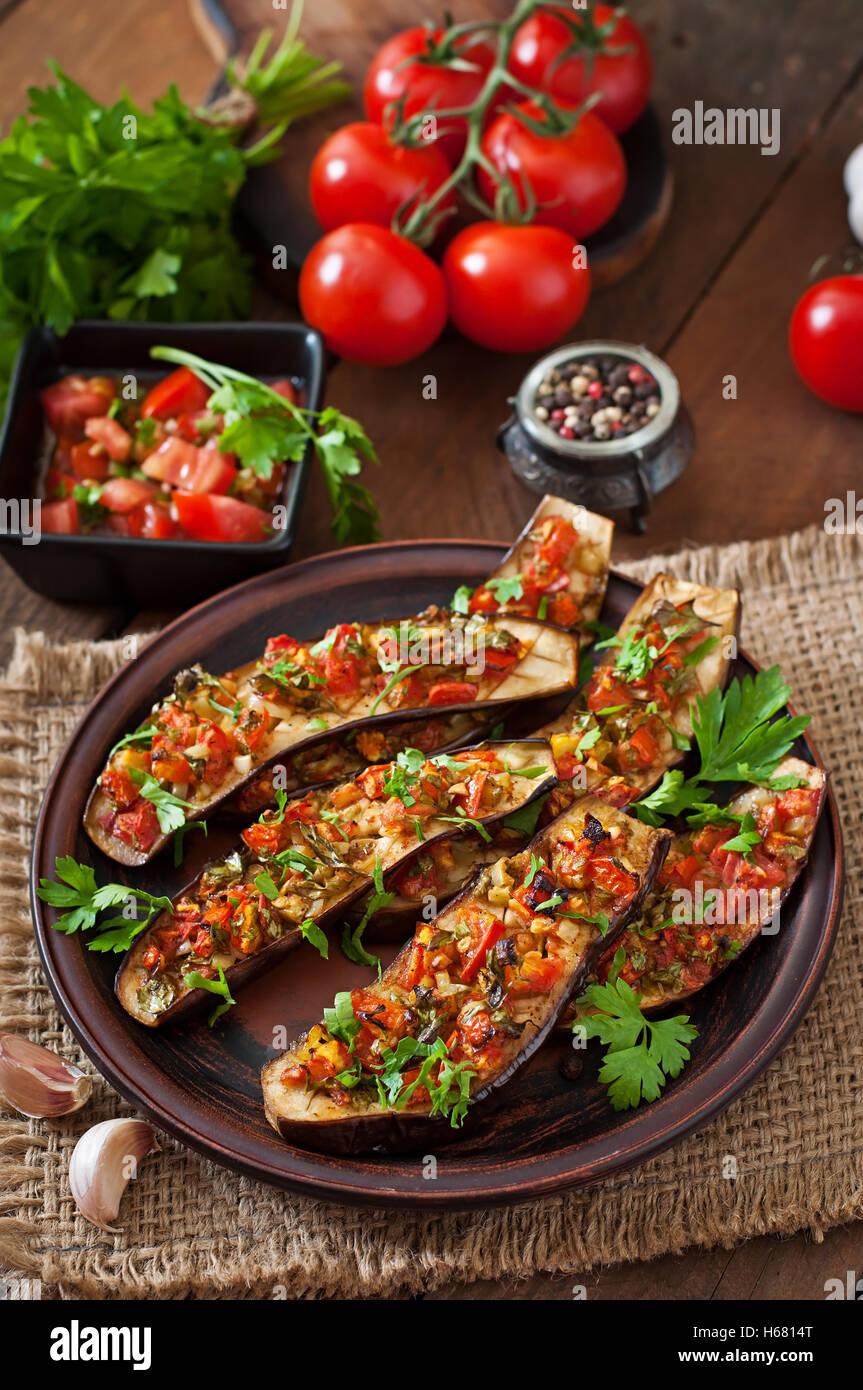 Aubergine au four avec tomates, ail et paprika Photo Stock