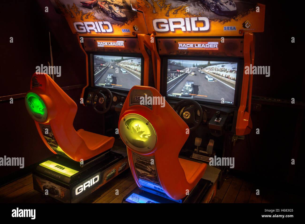 Profil de jeu vidéo de course à deux joueurs, jeu de course arcade en pub anglais, UK Photo Stock