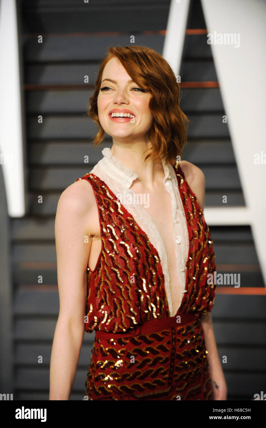L'actrice Emma Stone assiste à la 2015 Vanity Fair Oscar Party hosted by Graydon Carter à Wallis Annenberg Photo Stock