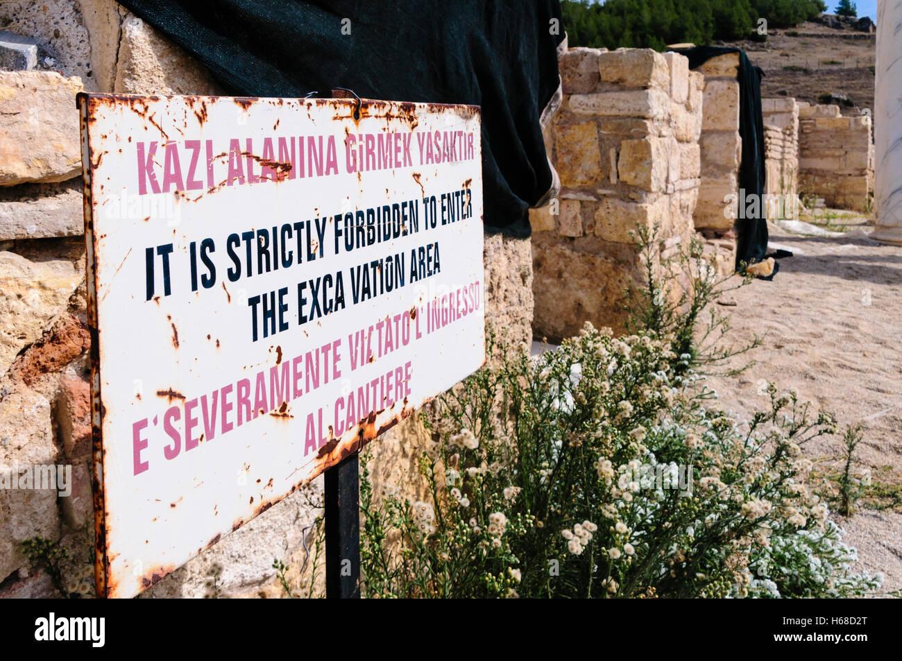 Inscrivez-vous avise les personnes à ne pas entrer dans les fouilles archéologiques les vestiges romains à Hieropolis, Banque D'Images