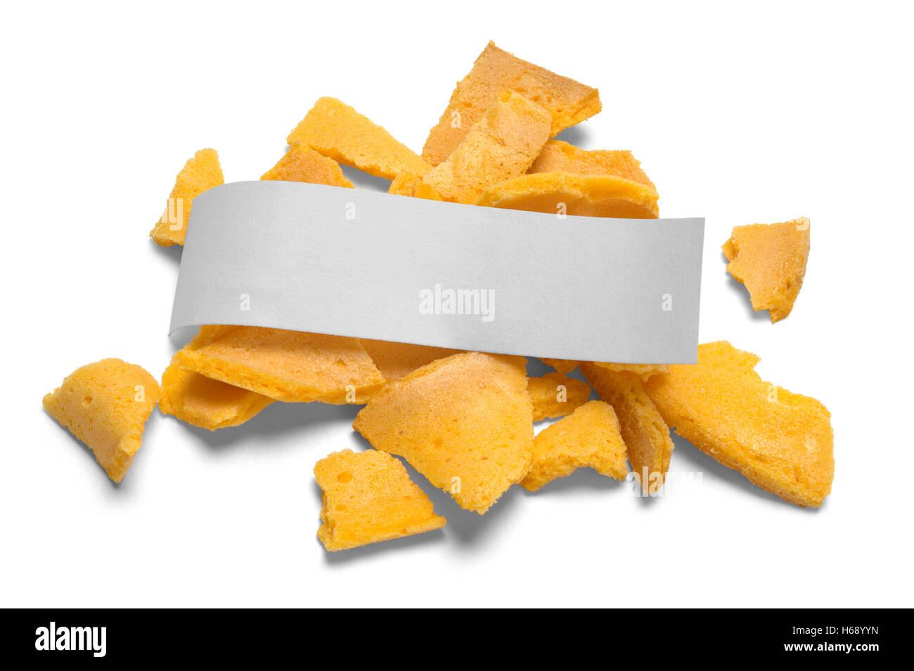 Broken biscuit de fortune avec message vide isolé sur fond blanc. Photo Stock