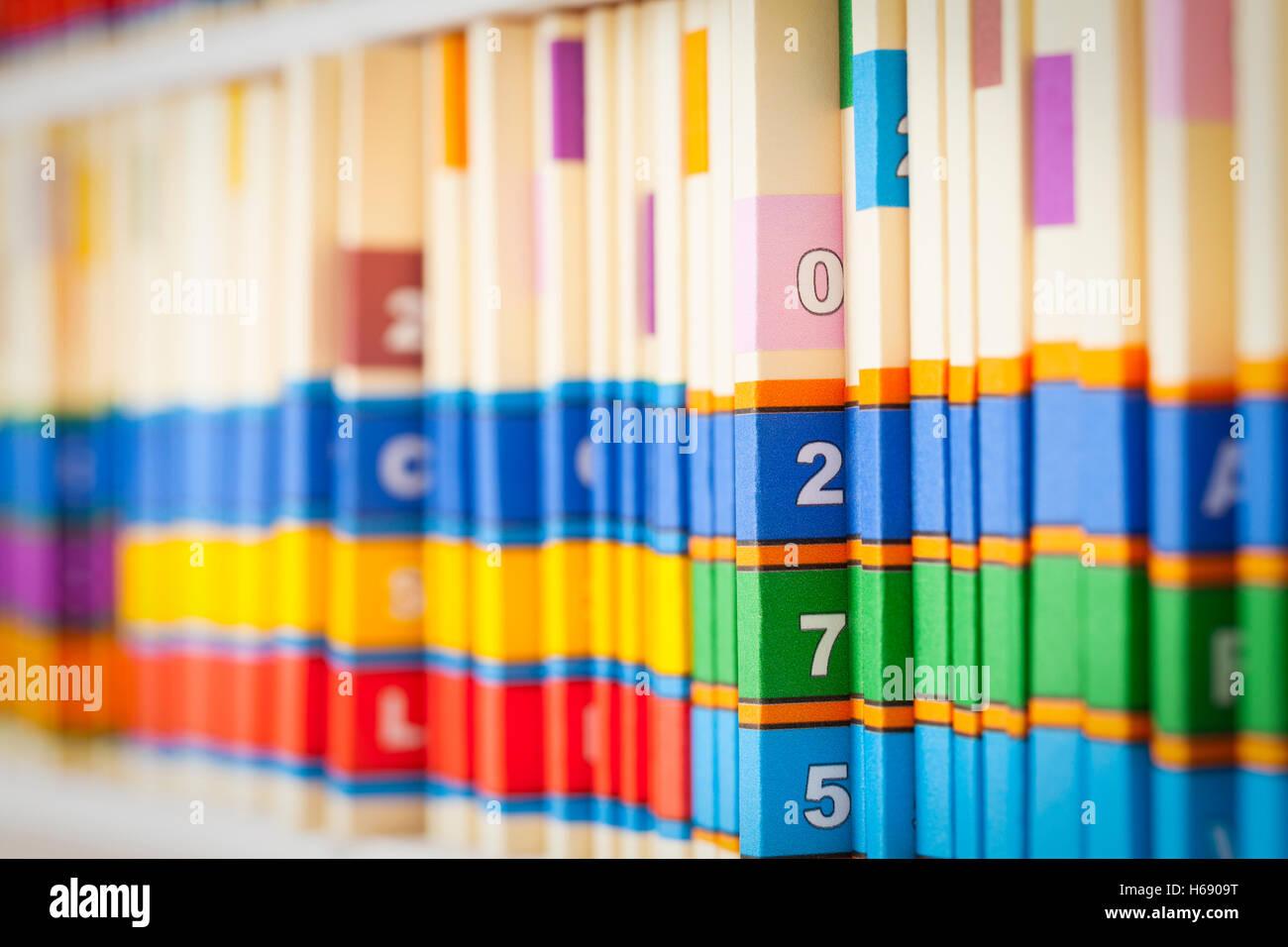 Les dossiers médicaux sur des étagères dans le bureau. Photo Stock