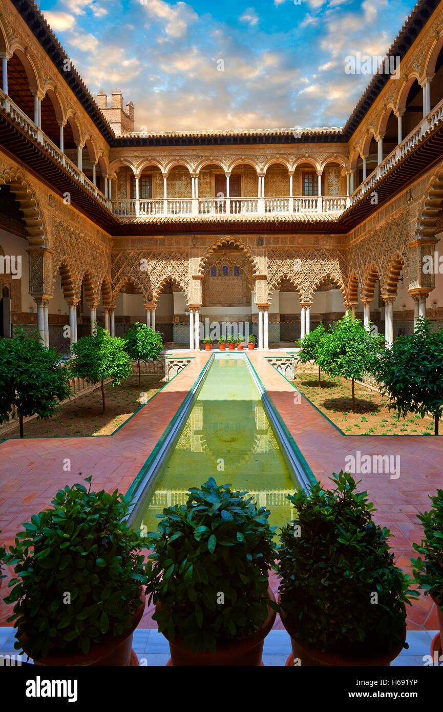 Apartment Doncellas Patio de las (Cour du Maidens) (1540-72) avec Arabesque en plâtre, Mudéjar Alazar Photo Stock