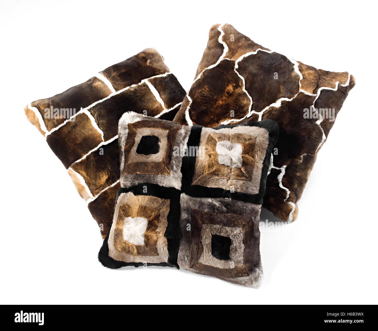 Trois tons de brun avec des oreillers de fourrure bold dessins géométriques isolé sur blanc dans Photo Stock