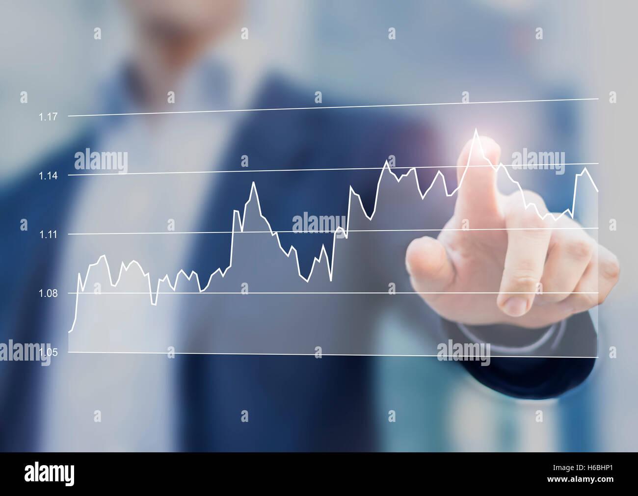 Affaires financières Le graphique sur l'interface de l'ordinateur avec la main de businessman Touching Photo Stock