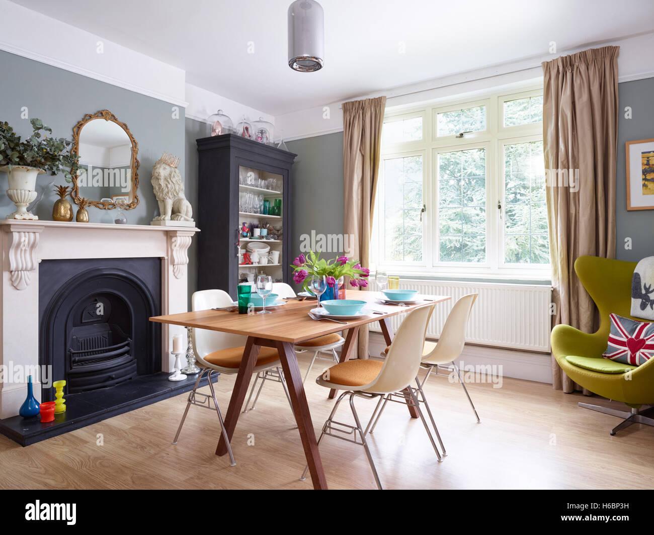 un mlange clectique et lgante salle manger avec chemine dpoque victorienne et caractristiques dans le gloucestershire royaume uni