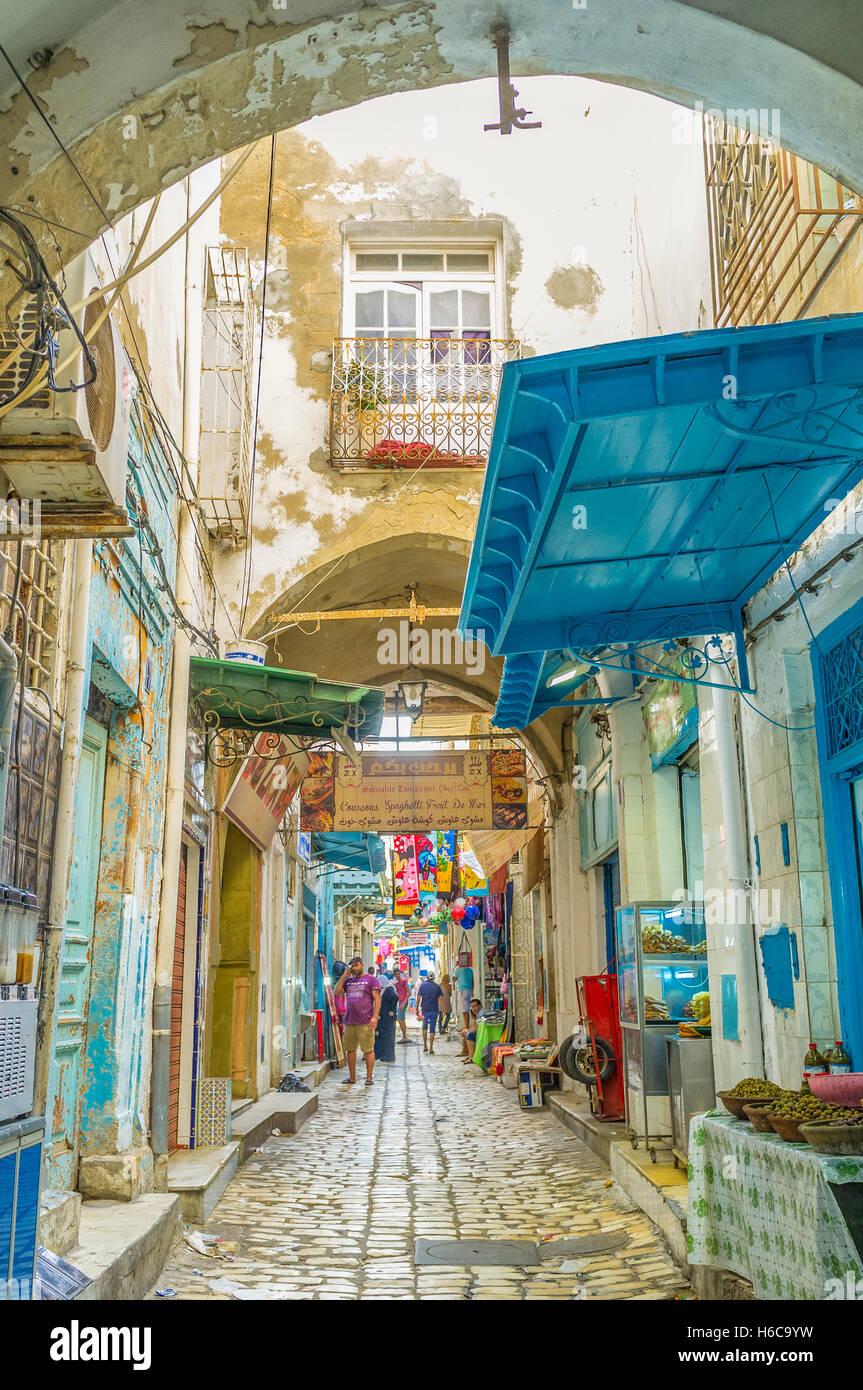 La rue poussiéreuse mène au marché local Photo Stock