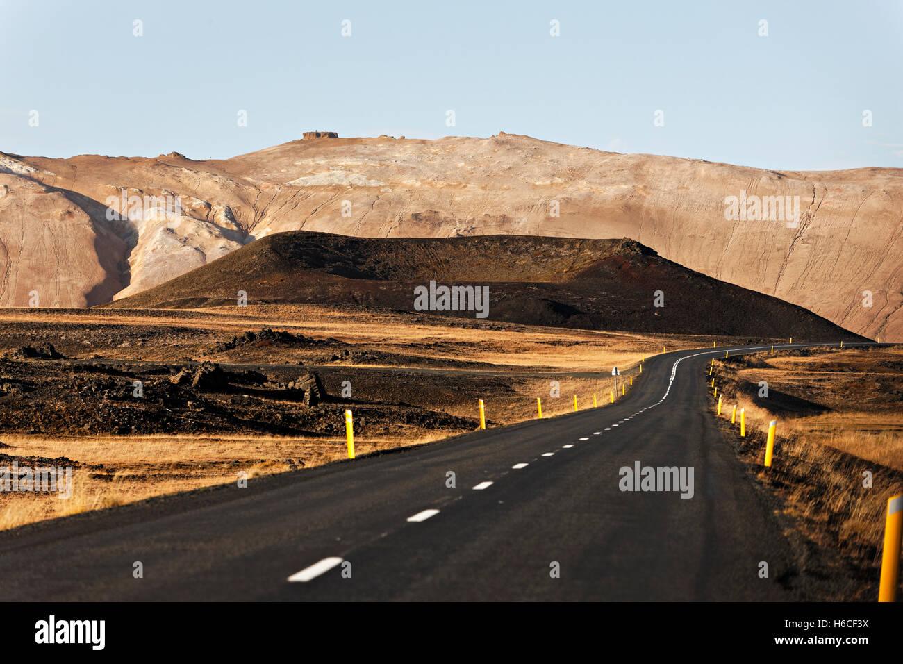 Route à travers des paysages volcaniques, nord-est de l'Islande, de l'Atlantique Nord, Europe Photo Stock
