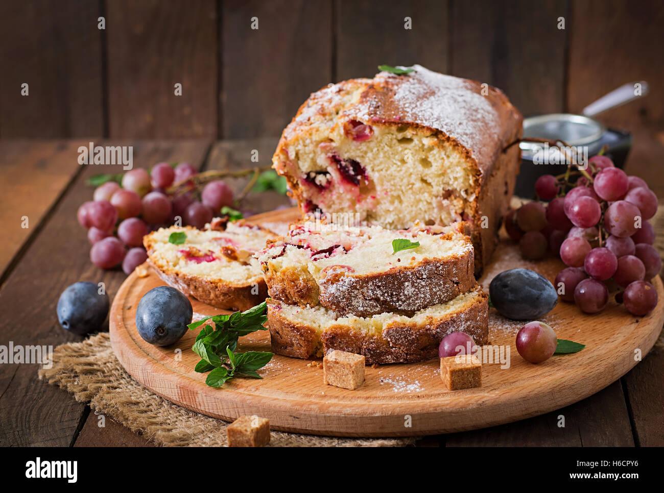 Juteux et tendre cupcake avec des prunes et raisins Photo Stock