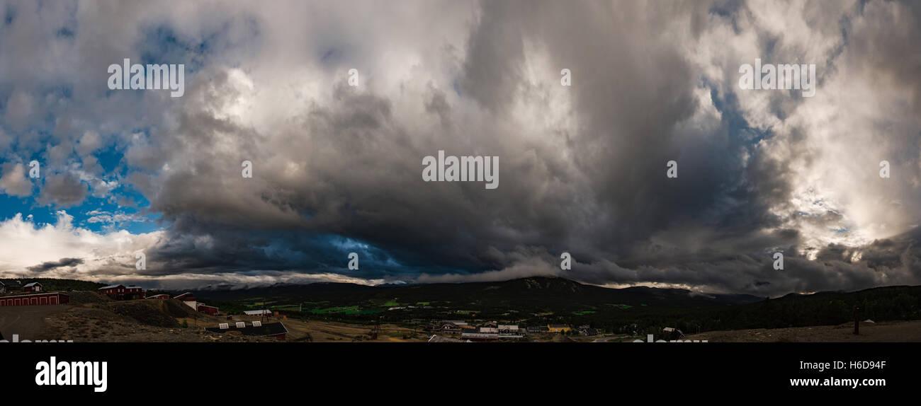 Vue panoramique sur Cumulus qui se développe sur la ville. La Norvège Banque D'Images