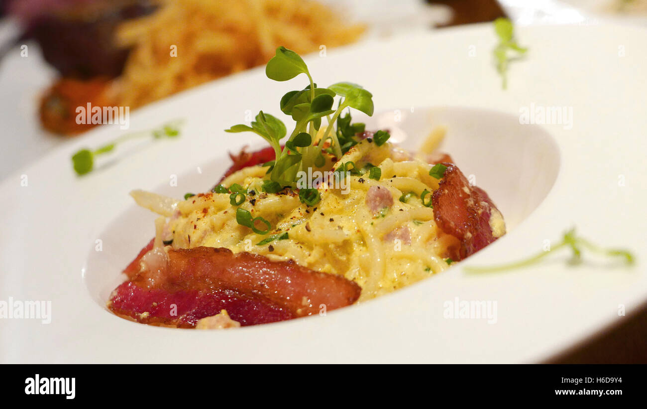 La nourriture italienne Spaghetti carbonara sur plat blanc Photo Stock