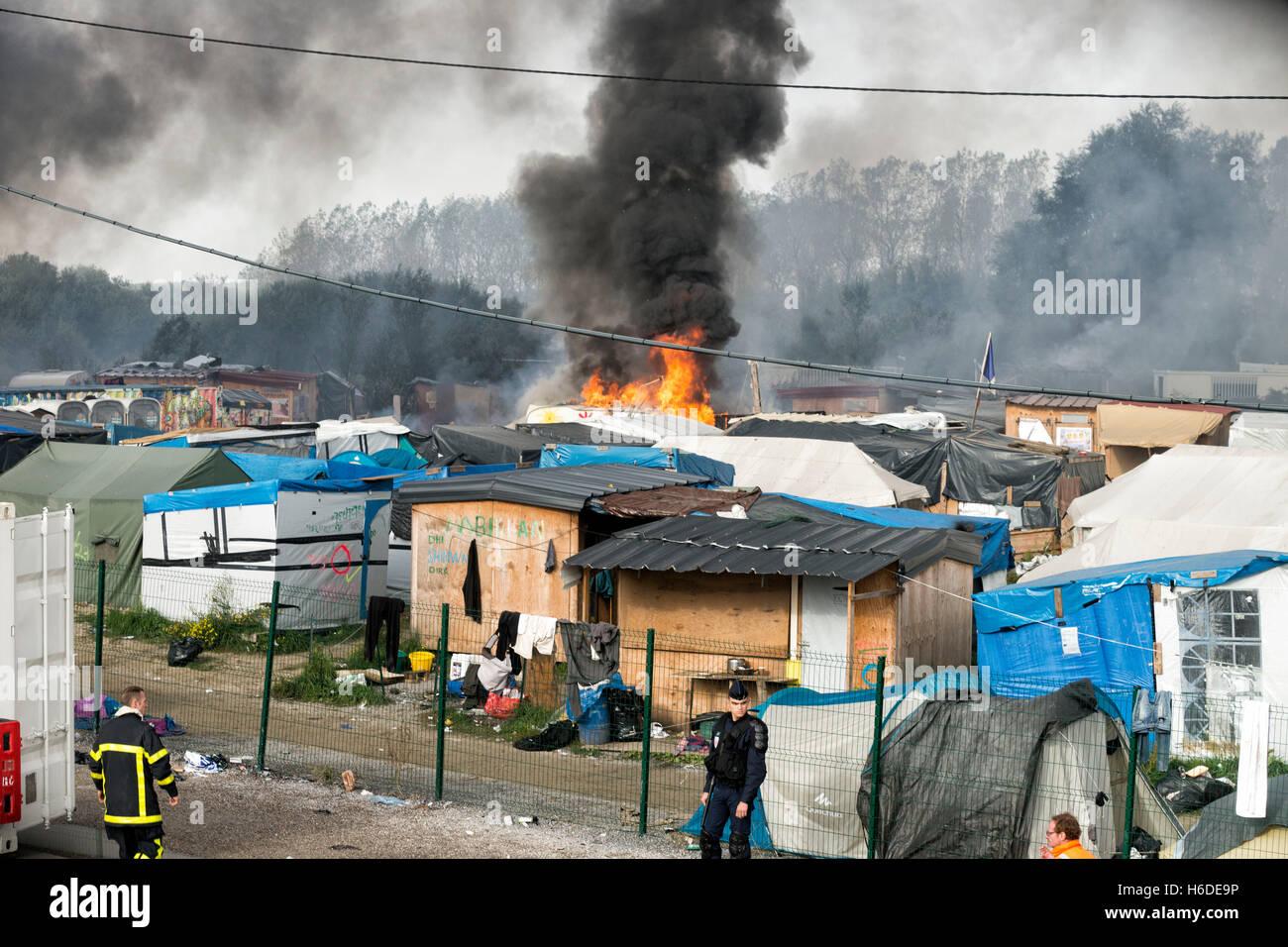Des scènes chaotiques dans la jungle de Calais après des dizaines d'incendies ont été ouvrant Photo Stock