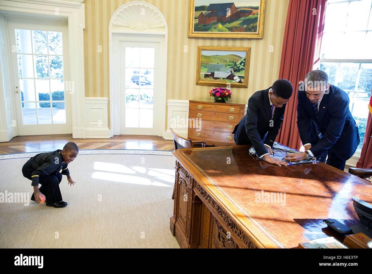 Le président des États-Unis, Barack Obama signe une affiche pour 13 ans et Vidal Chastanet après Photo Stock