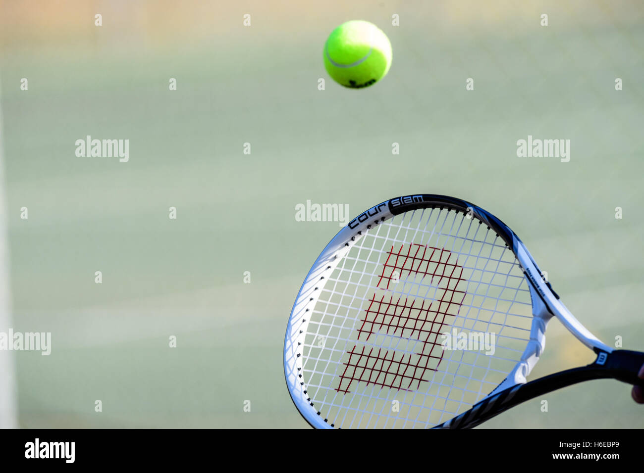 Frapper une balle de tennis racket Photo Stock