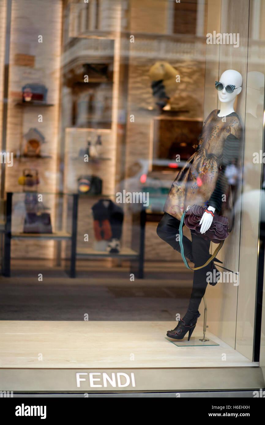 Boutique Fendi fenêtre sur la Via del Corso, principale rue commerçante de  Rome, Italie 03c4507f242