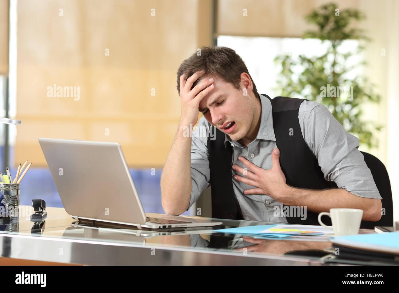 Businessman souffrant d'une attaque d'anxiété avec les mains dans sa poitrine et la tête Photo Stock
